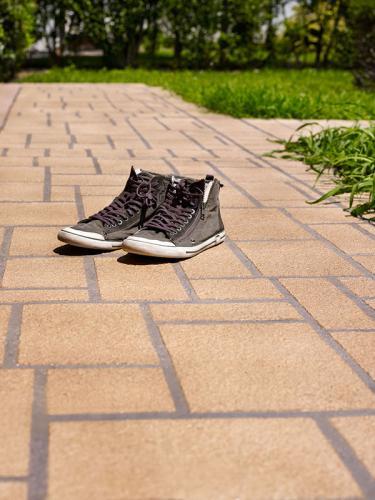 20140902_1555705193_stenciltop_ideal_work_dettaglio_scarpe_su_pavimento